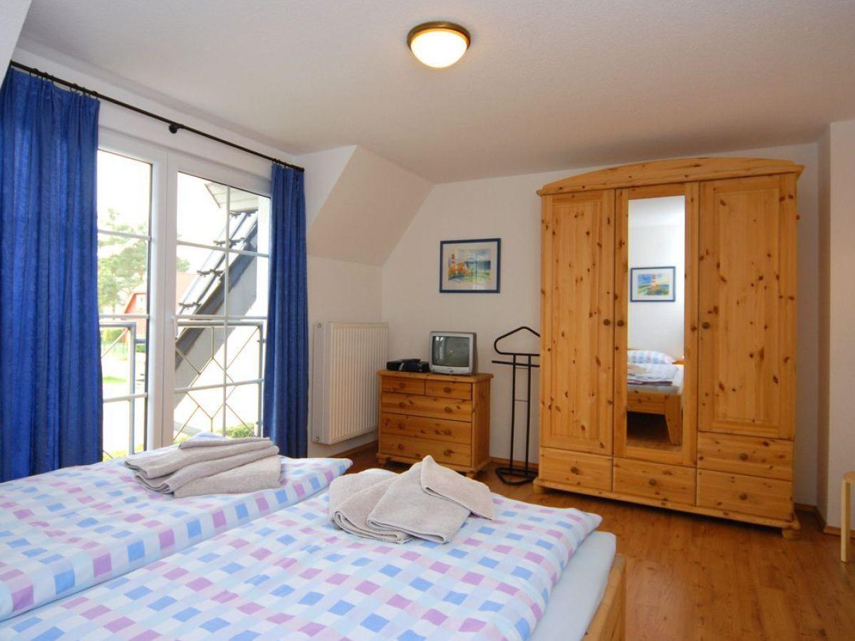 grosser-kleiderschrank-und-balkontuer-im-schlafzimmer - Zingst24